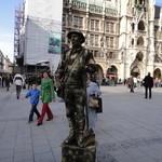 Bayerischer Hof  - そばの広場で彫像の真似をしている芸人