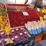 Bayerischer Hof  - 街は苺とアスパラであふれていました