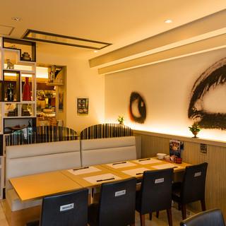 お寿司屋さんのイメージを覆すモダンな店内