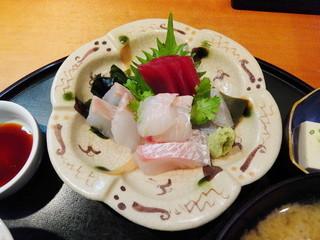 季節料理 根本 - 刺身盛り合わせ(鮪,鮃,すずき,真鯛,一部は昆布締めで)