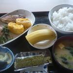 はしもと - 朝食(ご飯、味噌汁、卵焼き、塩鯖、ほうれん草お浸し、漬物、海苔、バナナ)