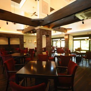 日本的な外観と洋風の空間を施したお洒落なカフェ