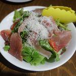 ビストロ タケノヤ - 生ハムトマトサラダ