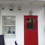 Pied de chat - 白い壁に真っ赤な扉