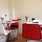 Pied de chat - 壁のところどころに猫が