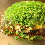 広島お好み焼き 鉄板焼 ゆうちゃん - 料理写真:当店看板メニューゆうちゃん!イカ天とたっぷりネギのトッピングが特徴。当店のネギは辛さや苦味のないネギを使用しております。