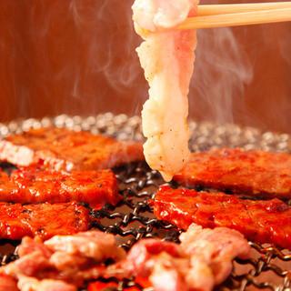 新鮮和牛の肉とホルモンを炭火で!