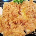 直ちゃん - 一見チキンカツです。                             でも、衣が変わってるなぁ?パン粉?天ぷら?どうやら、卵の衣っぽいです。