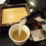 一 - 出汁に濃厚な蕎麦湯を注ぎます【2014.07.17再訪】