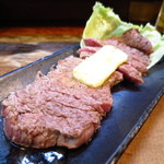 もつ焼 まるい - 仔牛ステーキ(100g)700円