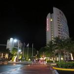ISSIN JAPANESE RESTAURANT - 夜のホテル周辺