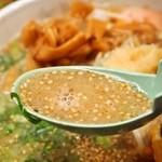 博多っ娘 - ミックスラーメン スープにゴマが一杯入ってます