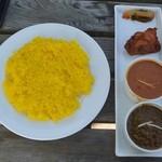 インドレストランカフェ カリカ - ランチのスペシャルセット(上からダル、サグチキン)
