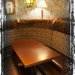 エビ殻荘 - ゆったり座れる6名ボックスソファー席