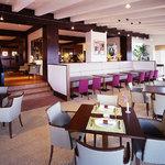 桜ヶ池クアガーデン - レストランの窓際に面したフロアは自然光が差し込み明るい雰囲気です。