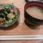 心寿司 - しじみ汁とサラダ