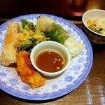 KHANHのベトナムキッチンNAMBA 999 - 牛しゃぶ肉のフォーセット ¥1350(税込)生春巻き/本日の温前菜2種/青いパパイヤのサラダ