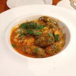 アレグロペッシェ - 魚のトマトクリームソース。黒いニョッキ