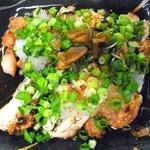 双葉 - 鳥たたき¥470 女将さんイチ押しの料理です、炙った鶏肉の香ばしさとニンニクだれの相性抜群