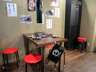 焼肉ホルモン せいご 栄店 - 昔懐かしいガスコンロのある昭和の雰囲気