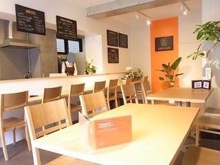 カフェ ボナペティ - 暖色系の温かい店内は広々ゆったり☆♪