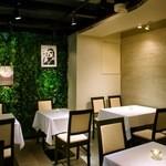 ジンジャーガーデンアオヤマ - 昼間は気持ちのよい光が差し込み、夜はムーディーな雰囲気のテラス席