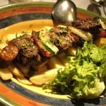 マヌエル・カーザ・デ・ファド - 牛肉と野菜のエスペターダ炭火串焼き