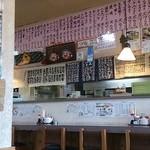 定食家 - カウンター席と頭上のメニュー表示