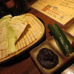 六方はちべい - お通しは野菜のてんこ盛り 左側の味噌がとても美味しい