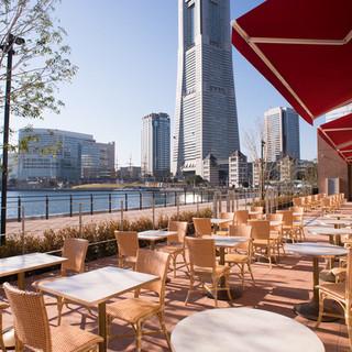 運河が目の前に広がる、開放感抜群のオープンテラスカフェです!