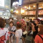 29470034 - 「香港~大阪」と書いてある。どこのテレビ局だろう~