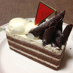 ぼん・りびえーる - 名前忘れた…キル酒入りのチョコレートスポンジと生クリームのケーキ(470円)