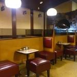 和光 - 奥には海亀の剥製。三人掛けのテーブルは初めて見ました!