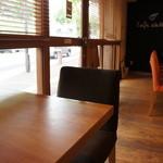 ダイニング・カフェ アレッタ - 座った席からカウンター方面に向けてのショットです