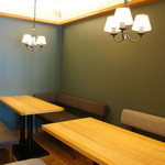 ダイニング・カフェ アレッタ - 奥にはソファ席、2卓
