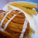 カフェ・ベローチェ - シナモンロール、卵サンドイッチ