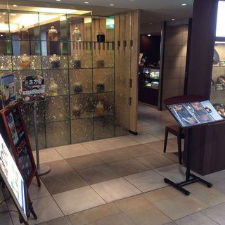 新宿駅西口直結、バリアフリーでらくらくご来店いただけます。