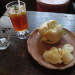 アカリ珈琲 - 蒸し鶏とオニオンのチーズマヨネーズ和えベーグルセット