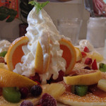 けんたカフェ - オレンジ、グレープフルーツがささっています。中にはアイスが、だからか生クリームは健在です