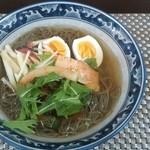 ゲジョル - 冷麺。麺はつるつるしてのどごしがいい。スープもキムチの旨みがでていい味でした。