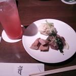 29502664 - 弘バル 清水森ナンバ・グリーンカレー風味のポテトサラダ、ガイヤーン(鶏のスパイシー焼き)、カルパッチョ的な…