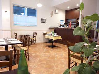 ダ・ジェンナーロ - 厨房方面に向かって。左手には2~4人掛けテーブル席が並ぶ
