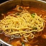 たつ屋 - 〆に中華麺を投入