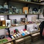 カフェ&ブックス ビブリオテーク - 本&雑貨コーナー。自由が丘特集の雑誌やガイド本も並んでいるので、散策前に立ち寄って情報種集を。