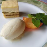29519707 - ゴーヤのアイスクリームとズッキーニのケーキ