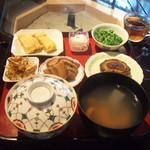 ますや - ごはんのランチ(880円) 玉子焼、車麩の煮物、ゴーヤ入肉だんご、ごぼうチップス、つまみ菜おひたし、白菜のお新香、カツオだしのすまし汁、ごはん