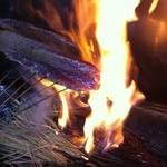 高瀬 - 初鰹 藁で焼いています。鰹に旨味が出て来ました、わらで焼きますと又一段と美味しくなります。