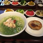 29525007 - 鶏スープのスダチ冷麺。麺はほうれん草。