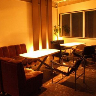 2階のおしゃれなソファー席