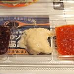 マクドナルド - 『食べくらべ とんかつマックバーガー』のソース3種。向かって左より、『ごまかつ』、『まろやかジンジャー』、『すりおろし野菜』